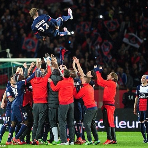 David Beckham being sent to heaven by his PSG teammates at the end of his last game. Beckham announced his retirement from his illustrious 20 year futból career earlier this month.