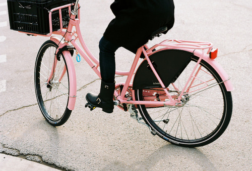 harrybr0ther:   Pink DeFietsfabriek by Dottie B. on Flickr.   I need this bike!!!