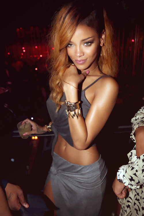 HOLY FUCKING HELL. This is the most beautiful girl in the universe. RiRi I love you.<33