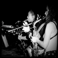 mi tía Kat playing the saxophone in Beyonce's girl band for years.