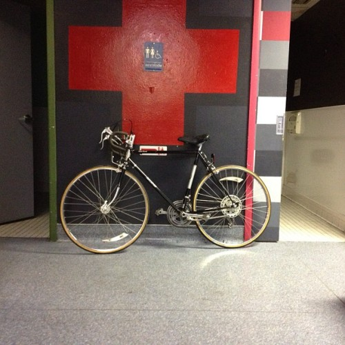 Random sexy bike in the middle of the hall. Yes please #bicycle #fremontbikeclinic (at Emergency Arts)