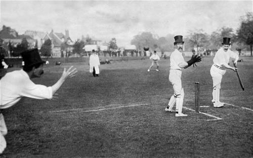 weirdvintage:  A gentleman's cricket game, 1908 (via Retronaut)