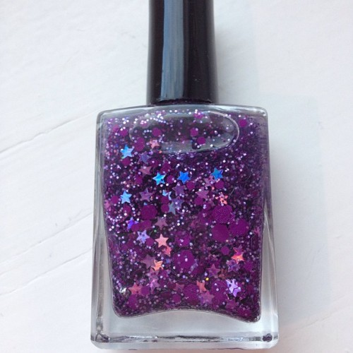 Also made this one, really liked the matte purple glitter.   It's also purple holographic stars and glitter, and some black dots hidden in the polish somewhere. 😊💜 (ved  neglelakkmani.com)