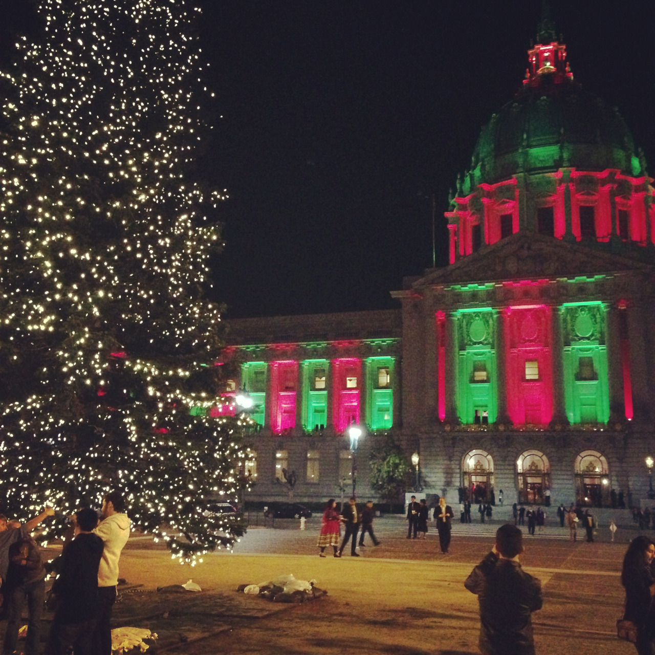 plath-hearted:  San Francisco is painted with Christmas :>
