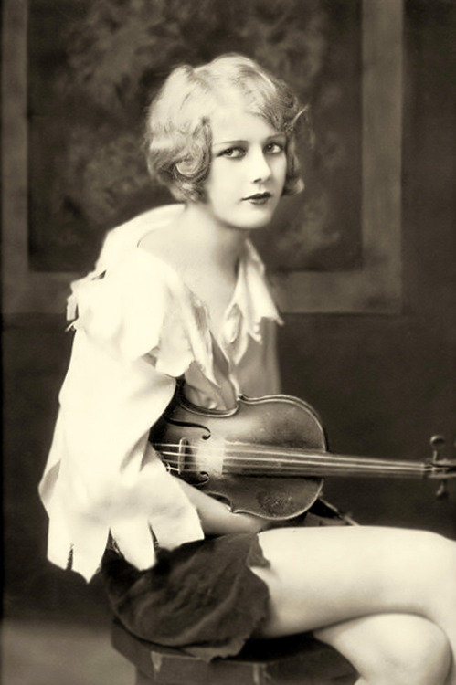 mothgirlwings:  Ziegfeld girl Kay English with her violin - 1929   Photo by Alfred Cheney Johnston