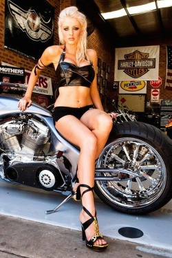 chicksandchoppers:  HD