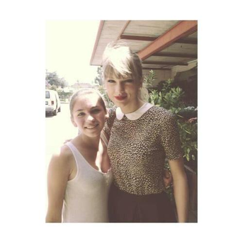 nassauswifty:  @ThaiSwifties  Another lucky fan :) with Taylor Swift at Bravery Hills , California 18/05/2013 pic.twitter.com/v6hEjIRN2f