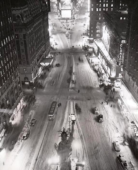 luzfosca:  Photographer Unknown Times Square in winter, 1945. Statue of Liberty on Time Square source