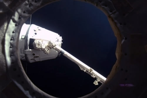 colchrishadfield:  Success! Canadarm2 holds Dragon by the nose, to drag it up and hook it on to a Station hatch.  So awesome    (via TumbleOn)