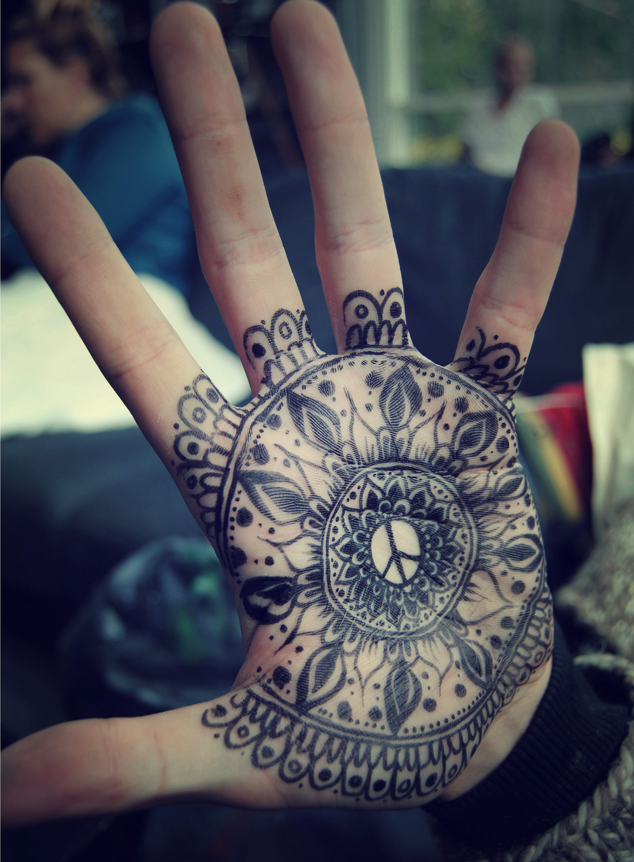 thelastbreath-girl:  Hand art | via Tumblr on We Heart It - http://weheartit.com/entry/61100297/via/consumiranda   Hearted from: http://insinuazione.tumblr.com/