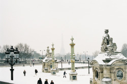 7harrypotters:  Sur les pavés, la neige by littlek_stopbythecorner on Flickr.