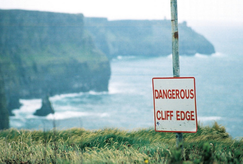 arquerio:  dangerous cliff edge by parker severns on Flickr.