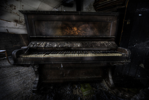 darkface:  piano lost (by andre govia.)