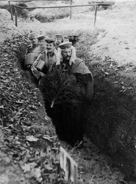 "lostsplendor:  ""German soldiers celebrating Christmas in the trenches, 1915"" (via)"