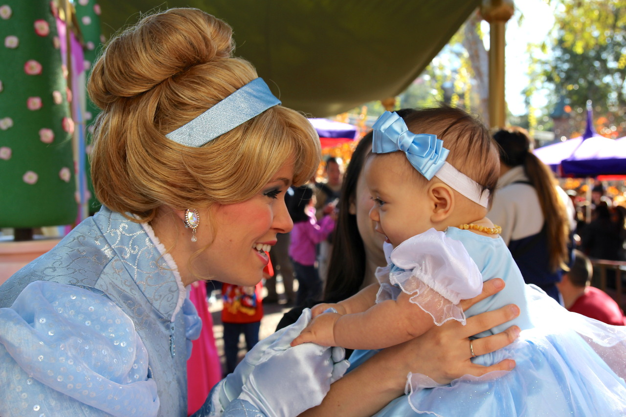 aka-donuts:  kidsraisingkids:  Cinderella got to meet a real life princess today, my daughter Ashtyn Noelle. (Reblog for source)  omg this is just so cute