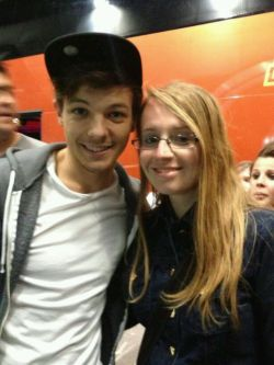 1dalerthq:  Louis at the airport in Italy tonight! || 20.5.13