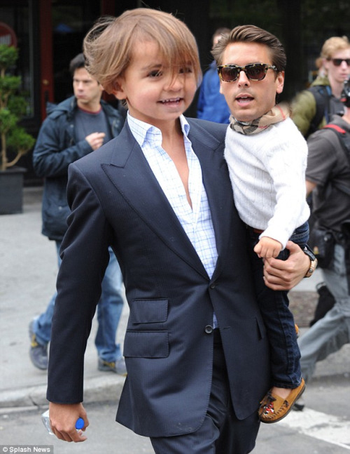 lolsofunny:  purfuct:  gothamsreck-oning:  Mason takin LD out for a stroll  i cant even omfg.   (lol here!)