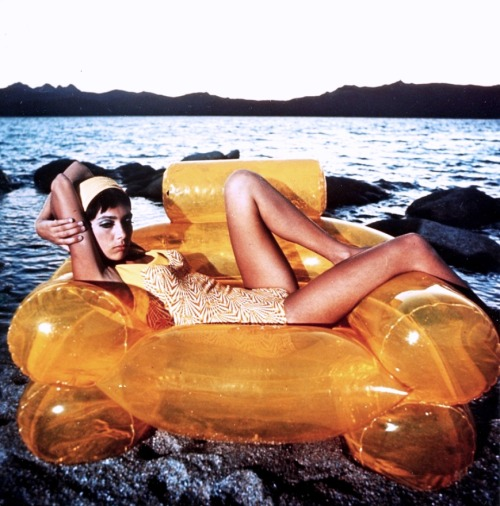 Model On Blow-Up Chair By Zanotta 1967 http://www.living24.it