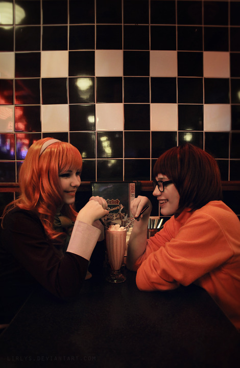 lirlys:     Daphne Blake // Velma Dinkle    During the convention, we went to eat to local 50's themed restaurant and decided to take couple of pictures when we were ready— and what we got was mostly us just derping around