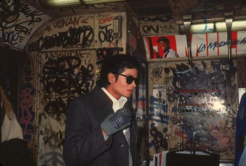Michael Jackson rides the subway to Brooklyn
