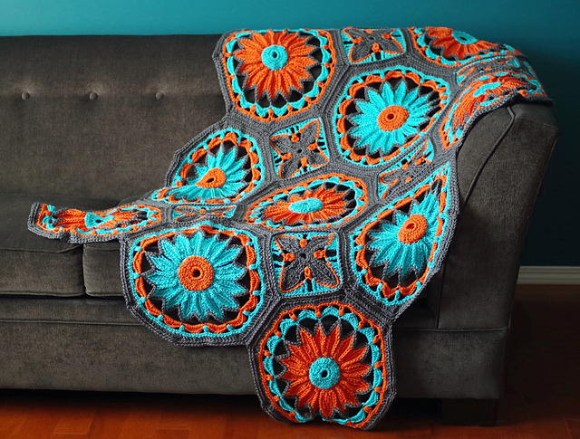 craftybitsandbobs:  I have a really huge yarn crafting crush on this gorgeous crocheted daisy afghan by Joleen Kraft. The colors are so vibrant, and I especially love the giant flower motif (via MAKE | Crocheted Daisy Afghan)