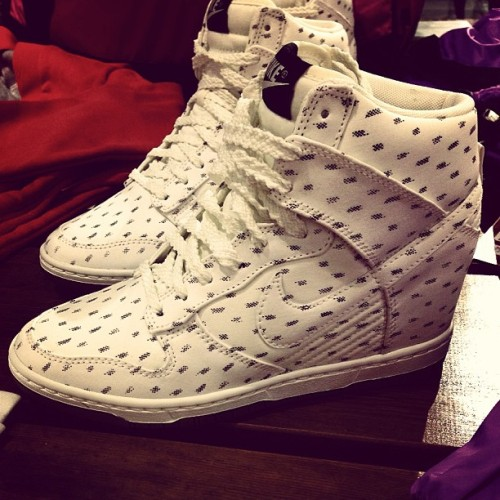 Check it! Wedge sneakers @mashundie :) you might like this @geliful. This is also available in blue ☺ #sneakers #nike #womens #kicks #kickspotting