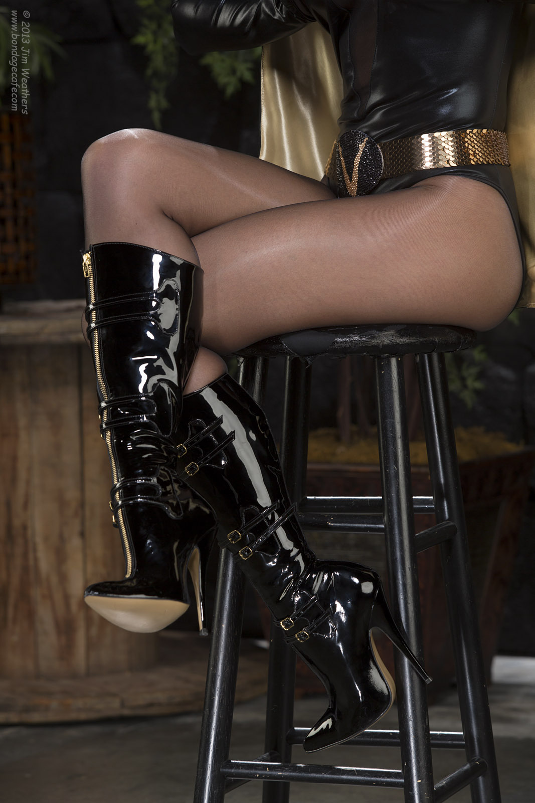 @RandyMoore007: Lovely close-up of the incredibly sexy boots by @FabFetish - just one of a slew of cheesecake and bondage photos featuring Randy as #UltraVixen up on the cafe today! #Bondage #Boots