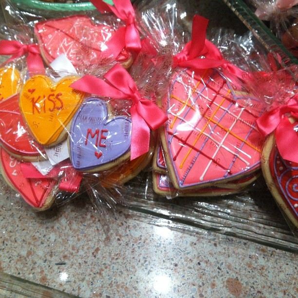 Valentina's Day cookies at Jean-Philippe's ❤💜💛❤💜💛 #sweets #vegas #valentine (at Jean-Philippe Chocolates & Pastries, The Bellagio )