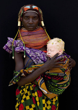 jaguarsvisionboard:  Albino baby girl and her Mumuhuila tribe mother in Angola