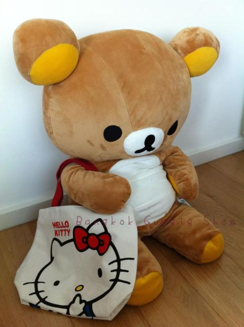 Rilakkuma also love Hello Kitty tote bag. Source : Bangkok Guggig Shop.