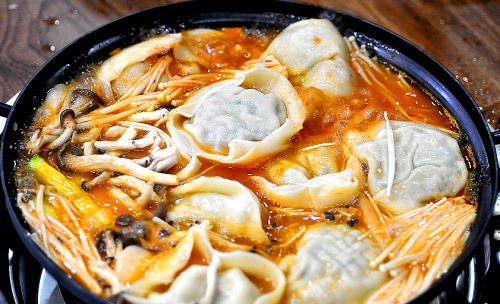 southkoreanfood:  만두전골 MANDOO JUNG-GOL: Handmade dumplings (Mandoo) are boiled in a thick, spicy broth with a variety of vegetables, and noodles. This is all done in front of you with rice and side dishes (banchan), of course.  SouthKoreanFood