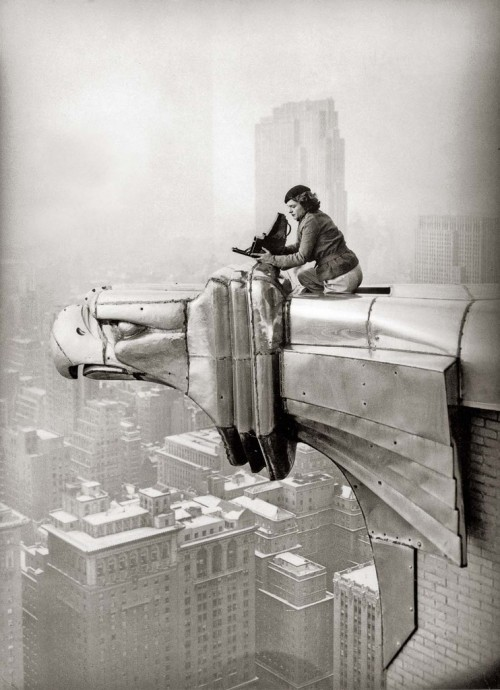 letsbuildahome-fr:  Margaret Bourke-White working at the top of the Chrysler Building, New York, New York, 1935.