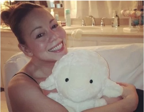Mariah Carey has posted a picture without wearing any make-up!! What do you think?