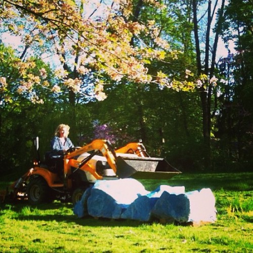 Working the mower around the art by #AdrianFrost #saugerties #hudsonvalley #catskills (at Malden-on-Hudson, NY)