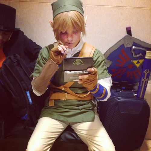 Link play with his 3DS, way much more easier  to save Zelda. #3ds #nintendo #game #ocarinaoftime #console #link #zelda #thelegendofzelda  #legendofzelda #cosplay #costume #black #brown #green #shield #sword
