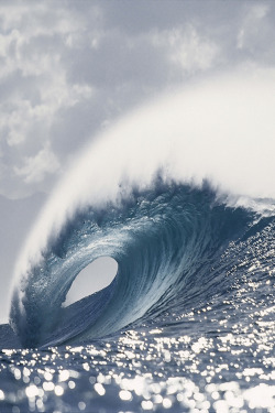 nvtura:  meetme—inheaven:  A large tubing wave at Pipeline, on the north shore of Oahu, Hawaii.