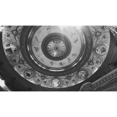 #mundoanfibio #elcirculo #aristimundo   Aunque no estés aquí he vuelto por tu noche, Luna de catedral rompieron corazones. Aunque no estés aquí te siento tan enorme, Que el tiempo seguirá encandilando el monte Y entonces yo veré alma en canciones, así