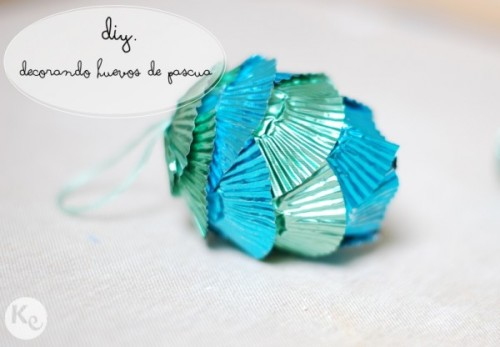 (vía http://akissofcolour.com/2013/03/diy-96-decorando-huevos-de-pascua-easter-eggs-decoration/#)
