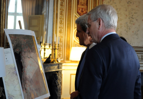 Swedish Foreign Minister Carl Bildt and U.S. Secretary of State John Kerry view maps of world hot spots during their meeting in Stockholm, Sweden on May 14, 2013. [State Department photo / Public Domain]