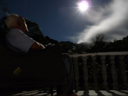 Luar no Bata - Brasil. Old man falls in love with the beautiful moon. by Luiz Maron on Flickr.Enamorado