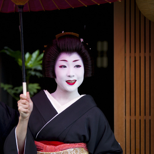 geisha-licious:  Katsuru's erikae by ONIHIDE on Flickr