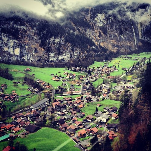 Low clouds over the adorable little town of #Lauterbrunnen. #hiking #swissalps #valley (at Lauterbrunnen)