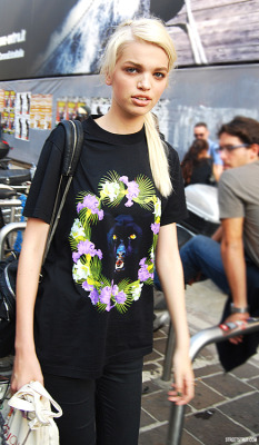 teasings:  weneedfashion:  Daphne Groeneveld in Givenchy   Daph