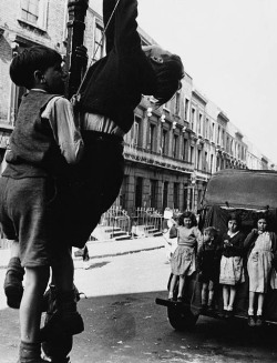 poboh:  Clarendon Cres, 1957, Roger Mayne. English, born in 1929.
