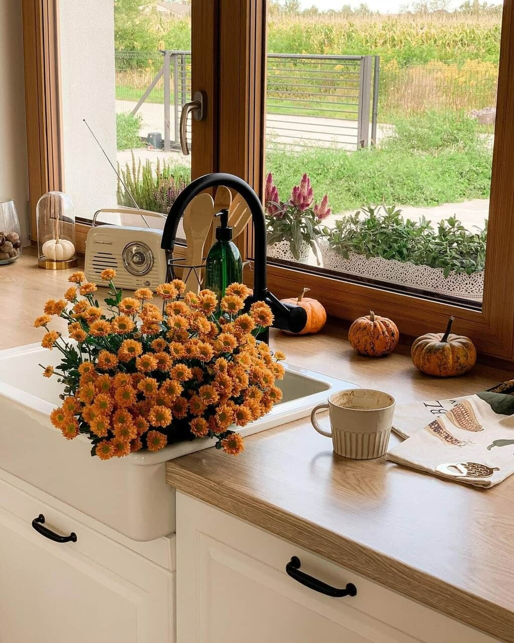 #autumn#fall#spooky#chilly#halloween#flowers#mums#mug#pumpkins#sink#kitchen#decor#Aesthetic #weheartit.com