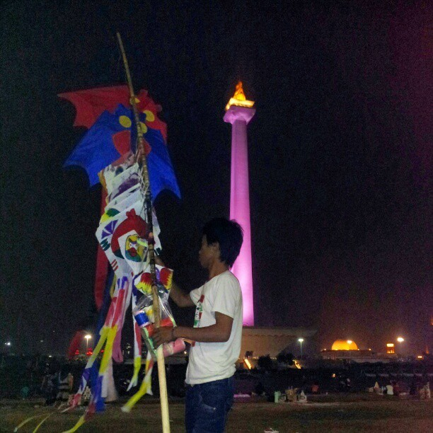 #kite seller, #Monas, and #Istiqlal Masjid (the biggest masjid in the country). #MonumenNasional #IstiqlalMasjid #MasjidIstiqlal #nationalmonument #monument #Jakarta #Indonesia #Instadonesia #instajakarta #instanusantara