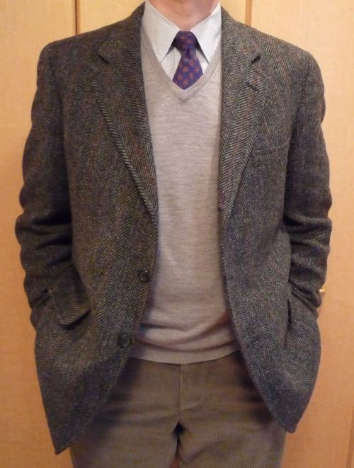 heavytweedjacket:  When it's cold, tweed jackets & sweaters are a classic combination. More over at HTJ.  This is a classic combo (and one that I'm certain I've written about) that will never go out of style. Tweed, sweaters, and ties? It's hard to fuck up…unless you're wearing bad patterns/colors.