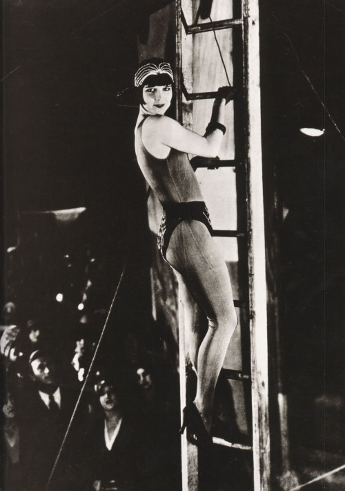 miss-flapper:  Louise Brooks in Howard Hawks' silent comedy A Girl in Every Port, 1928