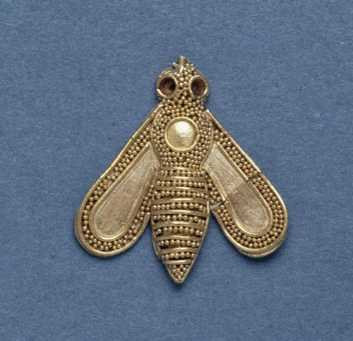 ancientpeoples:  Gold Ornament in the form of a Bee  1700-1600 BC Minoan Length: 1.9 cm (Source: The British Museum)