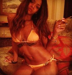 xsaraedge:  jaszie-j:  Rihanna Celebrates Her 25th Birthday …..  hay girl